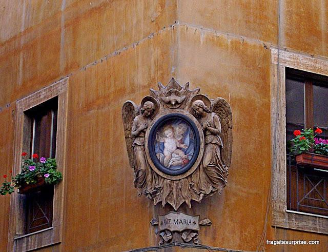 Oratório em uma fachada histórica de Roma