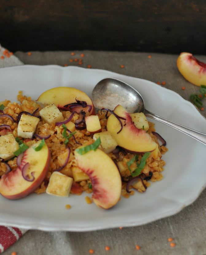 The perfect dish for a hot summer day: juicy peaches, halloumi cheese, red onions and red lentils combined in a vibrant salad!