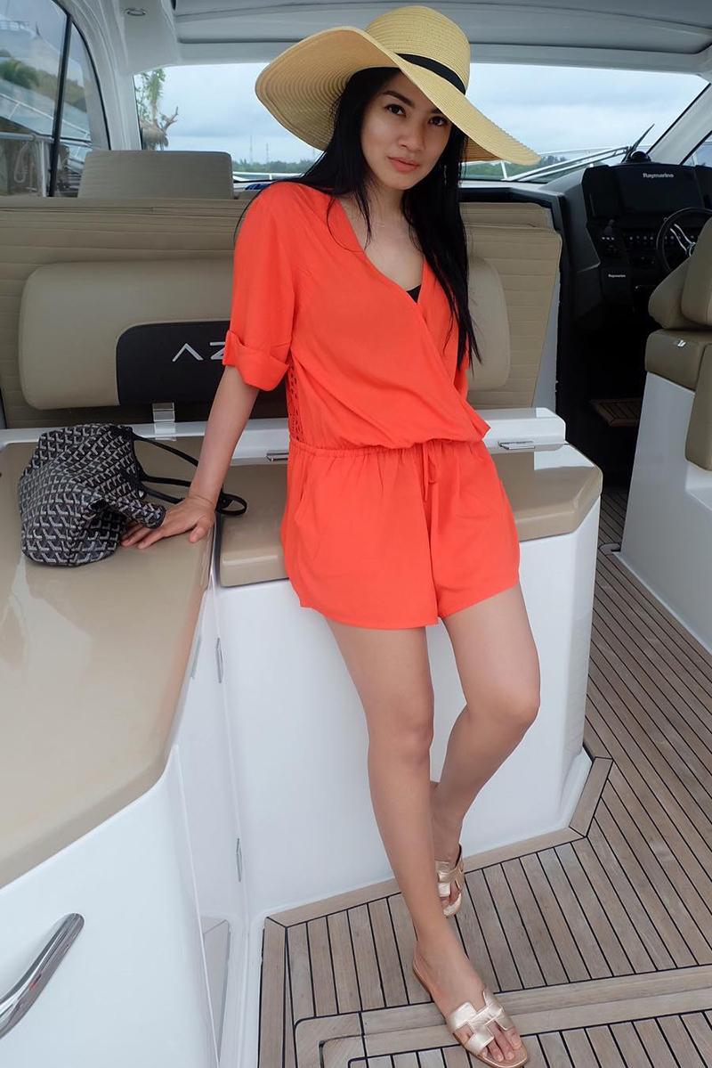 Titi Kamal foto selfie di atas kapal pesiar