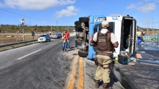 Carreta carregada de refrigerantes tomba no Sudoeste da Bahia e PM frustra saque