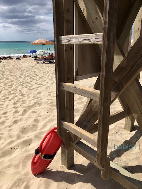 bouée des sauveteurs en mer contre leur tour de cntrôle sur la plage es Arenals à Formentera
