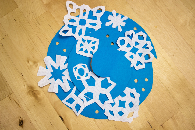 twirly whirly paper snowflake mobile- such a fun kids winter snow craft!