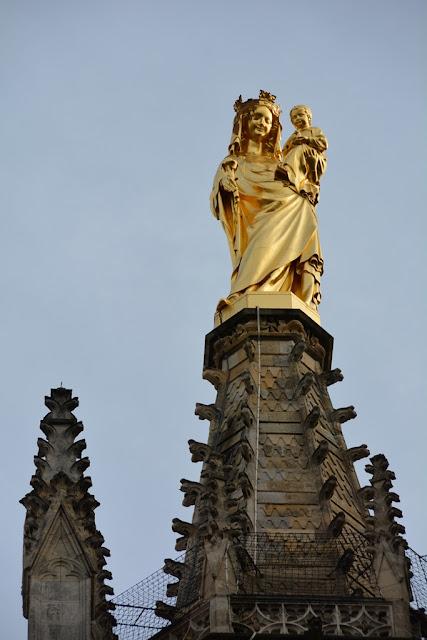 Bordeaux golden lady