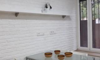Panneau décoratif imitation briquettes rustiques blanches dans une cuisine