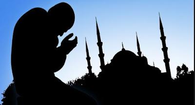 Gambar Berdoa Pria Muslim di Luar Masjid