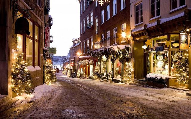 Gezellige winkelstraat met kerstversiering voor de ramen