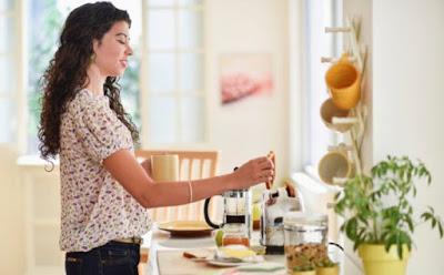 خمس قواعد ذهبيّة لفطور صحيّ وسريع امرأة تحضر طعام فتاة بنت woman cooking meal breakfast