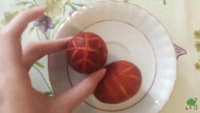 farbowanie jajek w cebuli, wzory tworzone woskiem, kraszanki, pisanki