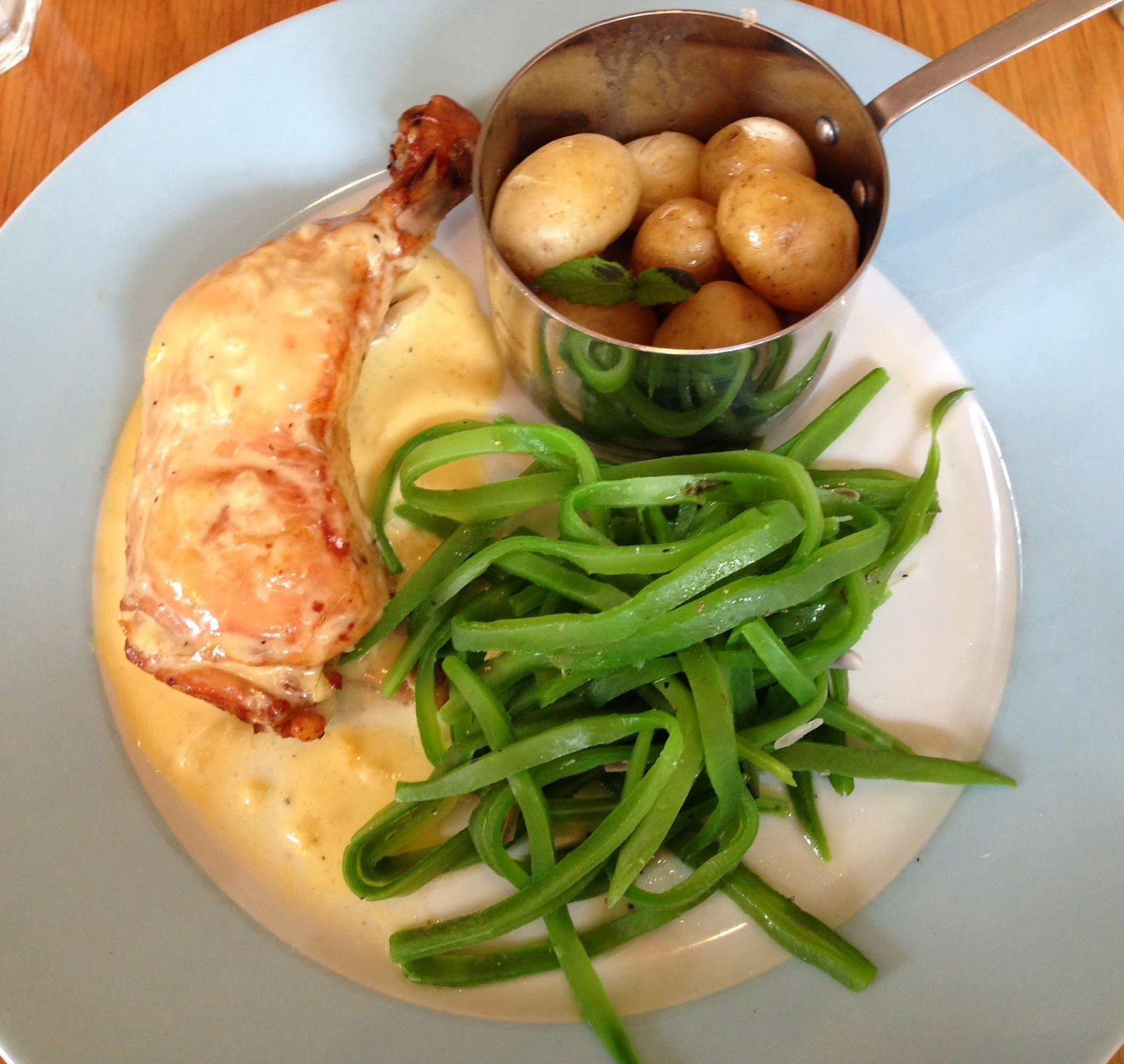 Chicken and white wine sauce with new potatoes and green beans