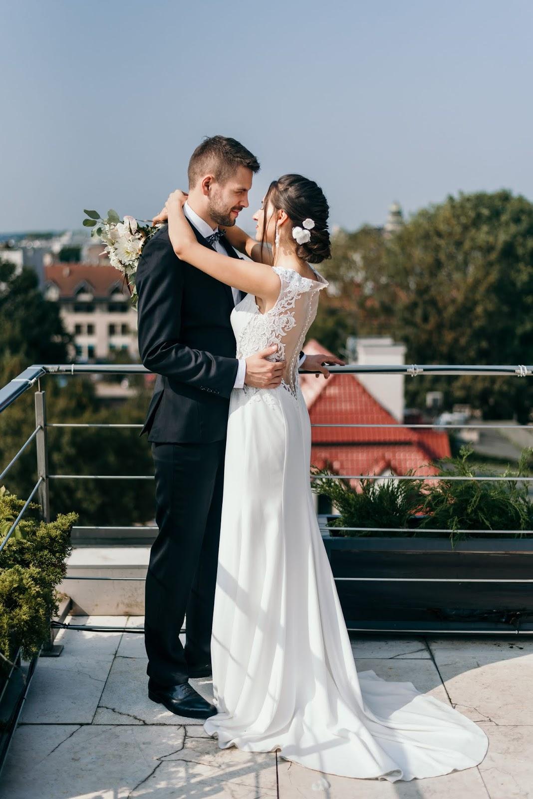 Śnieżnobiała suknia ślubna z koronkami.
