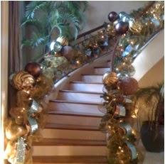 A mi manera ideas novedosas para decorar las escaleras en for Adornos navidenos para escaleras
