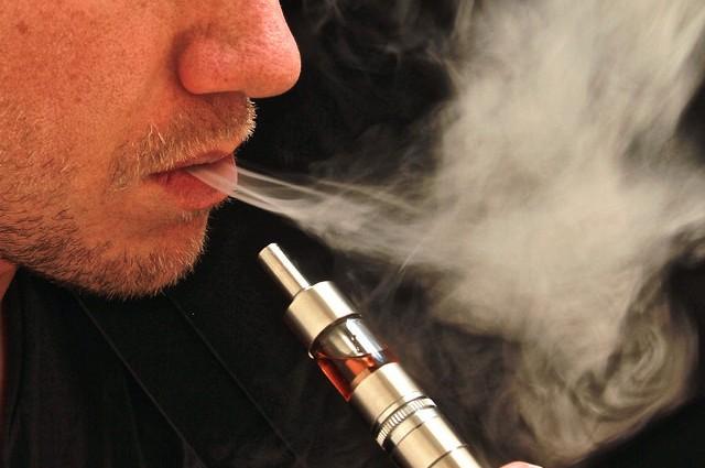 Gambar Orang Merokok Vape Keren