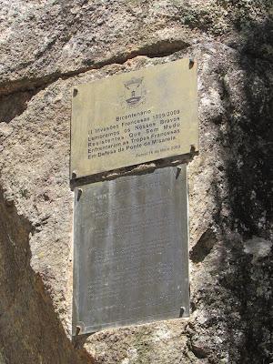 olaca comemorativa em pedra de granito