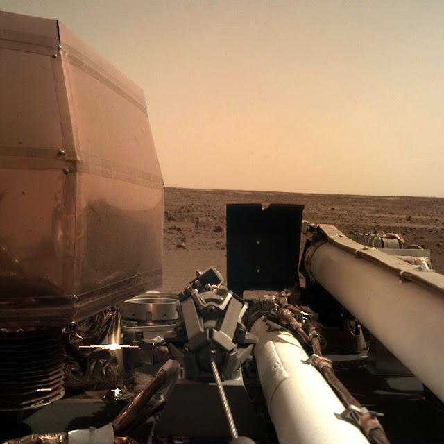 Станція NASA «Інсайт» надіслала перше фото з Марса