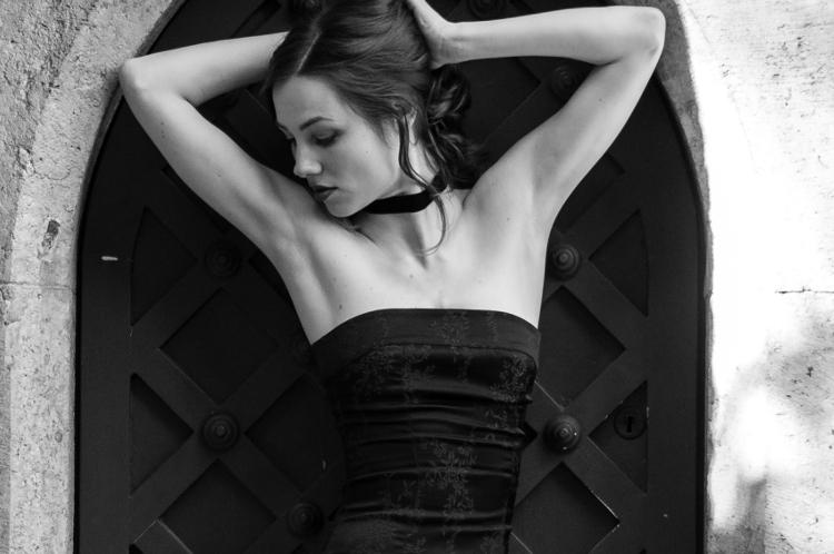 Czarna aksamitka na szyi nawiązująca do mody francuskiej z końca XVIII w.