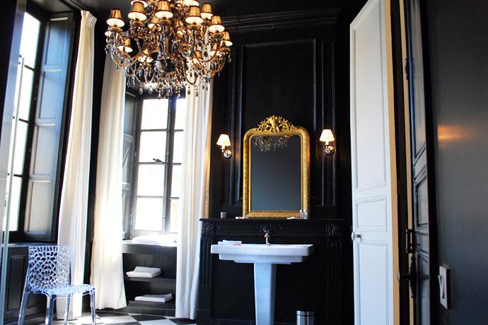 Notre salle de bain noire et blanche louise grenadine for Miroir salle de bain cadre noir