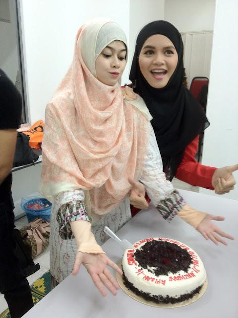 Fesyen Terkini Muslimah yang di gayakan oleh Heliza Helmi patut menjadi sebahagian daripada rujukan kebanyakan orang. Bijak dalam memilih fesyen yang sopan dan menawan. itulah heliza helmi.