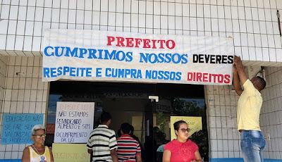 Servidores de Chapadinha na sede da prefeitura, reivindicando seus direitos