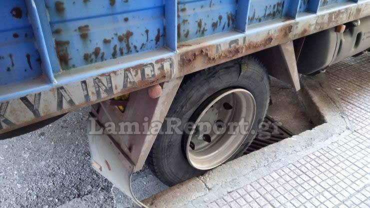 Απίστευτο ατύχημα στη Λαμία, με σκασμένο λάστιχο φορτηγού αυτοκινήτου. Απίστευτη ατυχία για φοιτήτρια...25 μέτρα διήνυσε ο τάκος πριν την χτυπήσει!