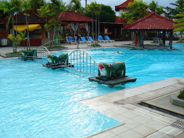 Изображение бассейна на территории отеля