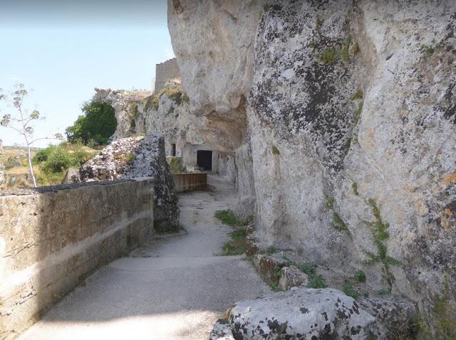 L'accesso alle case-grotta nel sasso caveoso