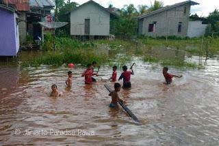 putussibau, banjir, anak-anak, main air