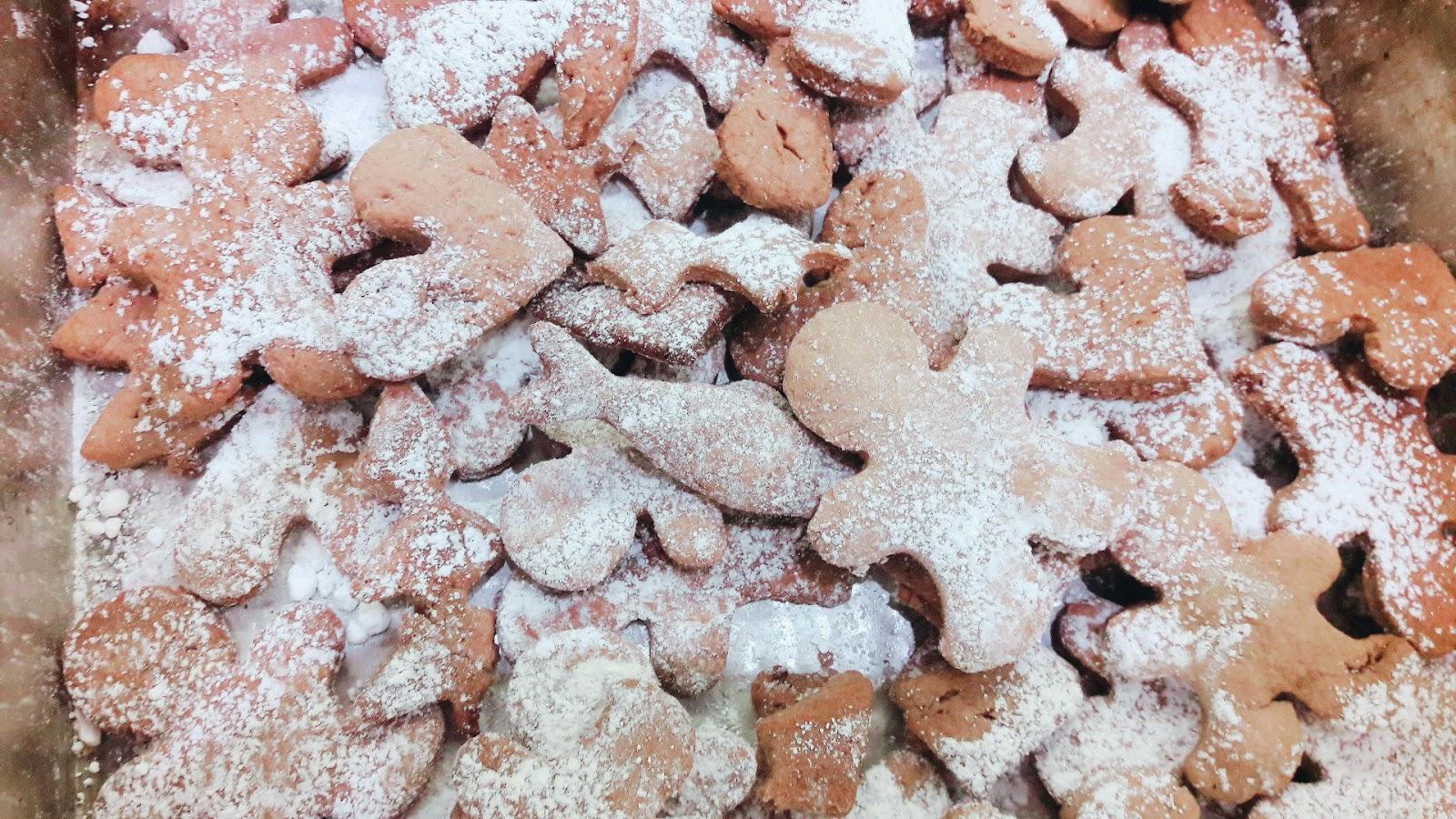 pierniczki ludziki z cukrem pudrem - efekt koncowy - uwielbiamy piec