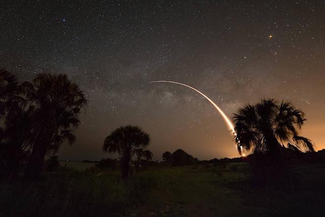 Falcon 9 và dải Ngân Hà. Tác giả : Derek Demeter (Emil Buehler Planetarium).