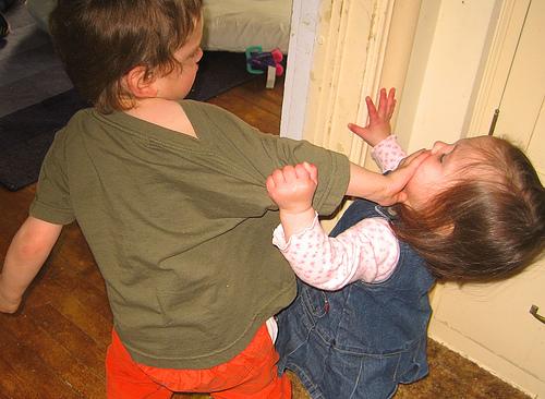 peleas entre hermanos, discusiones, maternidad, reconciliaciones, mediar