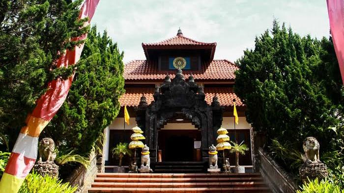 Vihara Dharma Giri Tabanan Bali Yang Terkenal Akan Patung Buddha Tidurnya