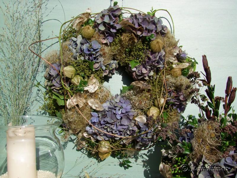 Herbstdeko mit blauen Hortensien