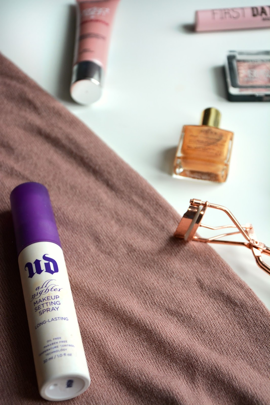 Urban Decay Setting Spray, Nuxe Body Oil, UMA First Date Mascara, L´Oreal highlighter, Catrice Metallic Eyeshadow