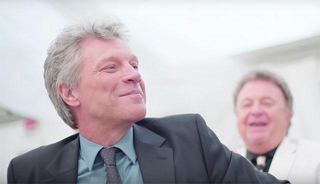 Jon Bon Jovi canta sua propria musica em um casamento
