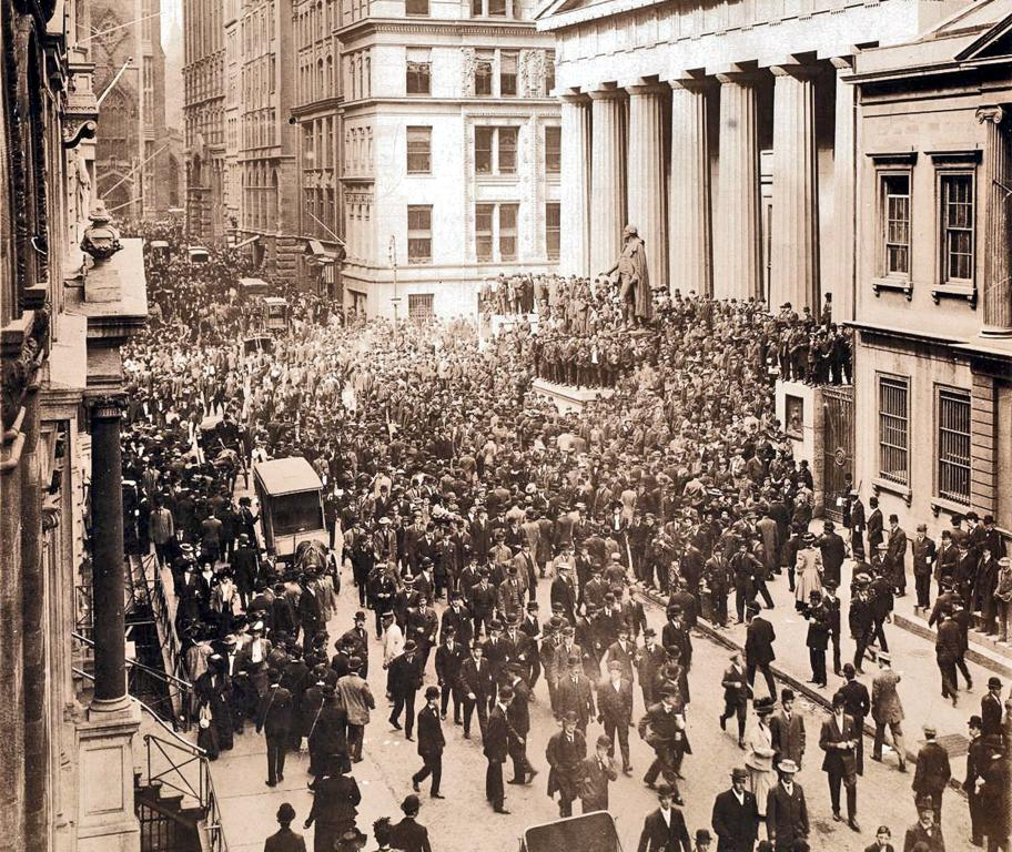 36 Amazing Historical Pictures. #9 Is Unbelievable - Wall Street during the bank panic in 1907.