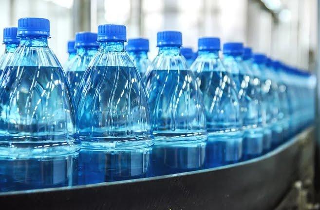 Trovate microplastiche nell'acqua minerale Evian, Nestle Pure Life, San Pellegrino e altre