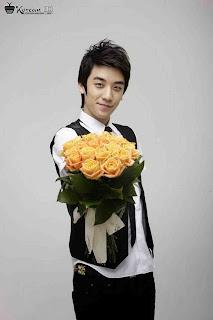 Foto Cute Seungri Big Bang Membawa Bunga