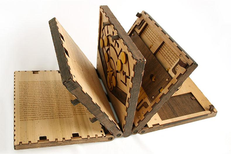 Este increíble libro de madera es una serie de rompecabezas que hay que resolver para seguir leyendo