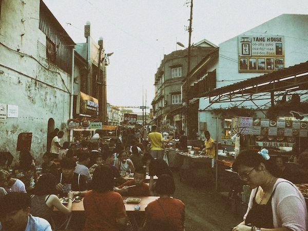 ジョンカーストリート・ナイトマーケットでは、人混みの中をぶらぶらするもよし、屋台で食べるもよし