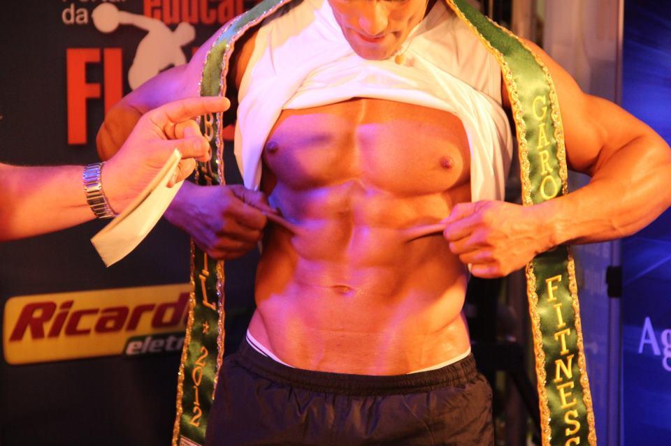 Junior Moreno, Garoto Fitness Brasil 2012 mostrou o tanquinho sarado