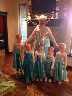 Padre con hijas vestidos de Frozen