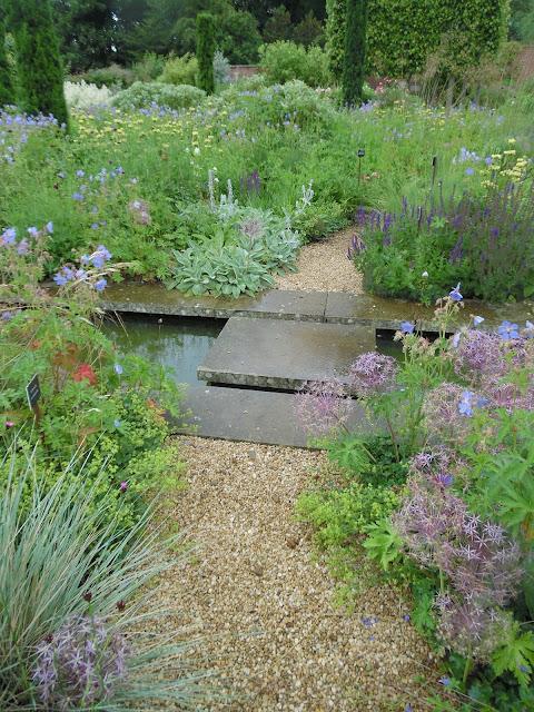 ogród angielski, woda w ogrodzie, żwirowa ścieżka