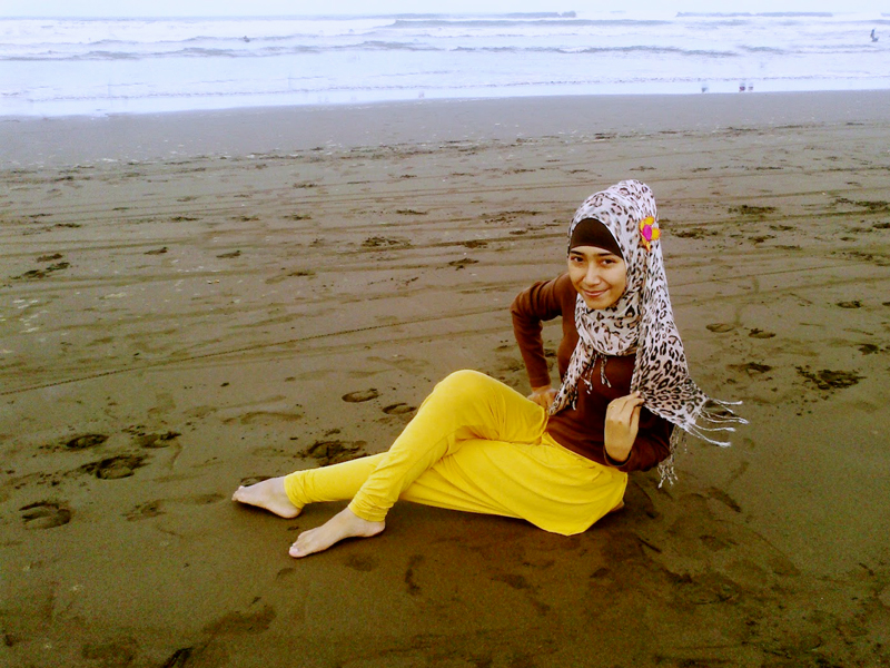 Cewek Jilbab dan Hijab Cantik Mahasiswa Manis imut pakai hijab di pantai