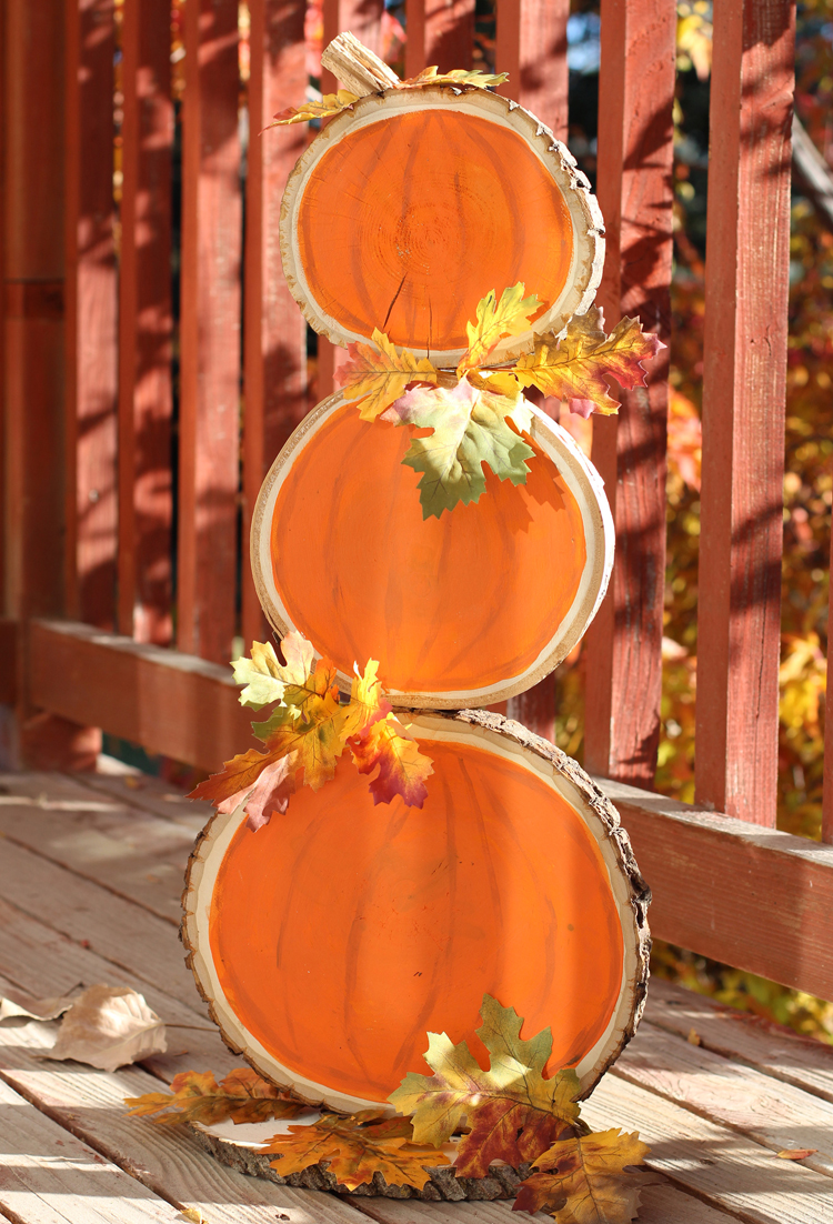 Make this cute wood slice pumpkin craft with a reversible design on the back!