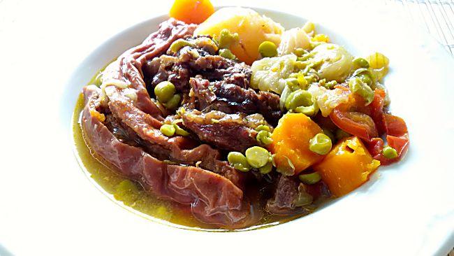 Carne guisada con salchichas