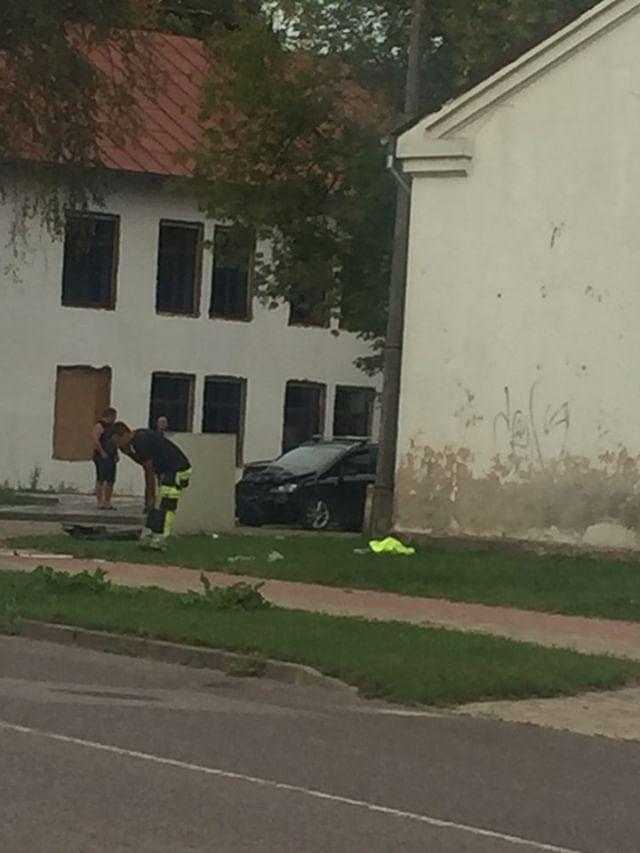 Trīs auto avārija Jelgavā. Viens transportlīdzeklis apgāžas uz sāniem.