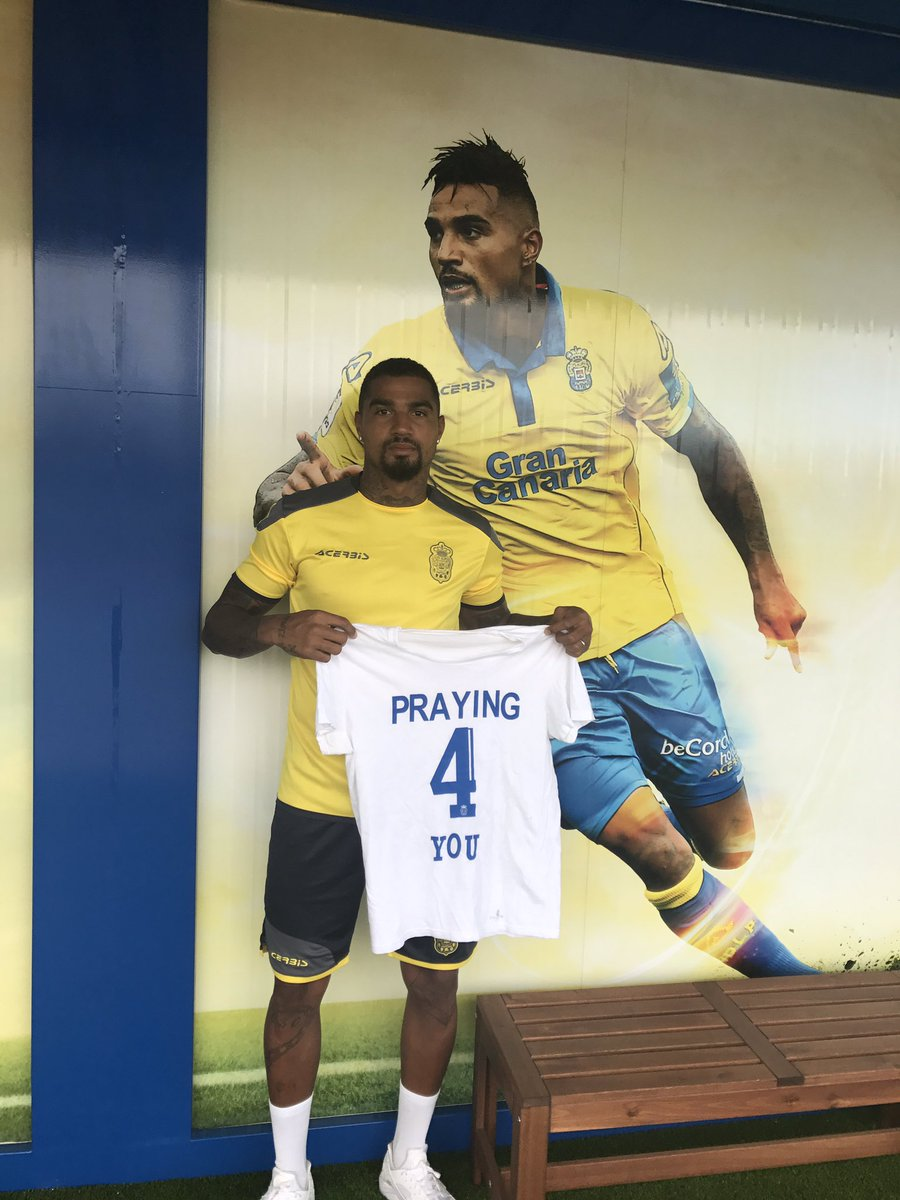 Kevin-Prince Boateng poses with a shirt dedicated to Ajax player Abdelhak Nouri