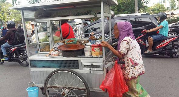 Tolak Uang Pemberian Pembeli, Nenek Penjual Rujak Ini Tak Ingin Dikasihani Dan Dianggap Mengemis