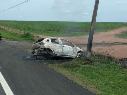 Carro bate em poste e incendeia após motorista passar mal na rodovia Pinhal x Mogi-Guaçu