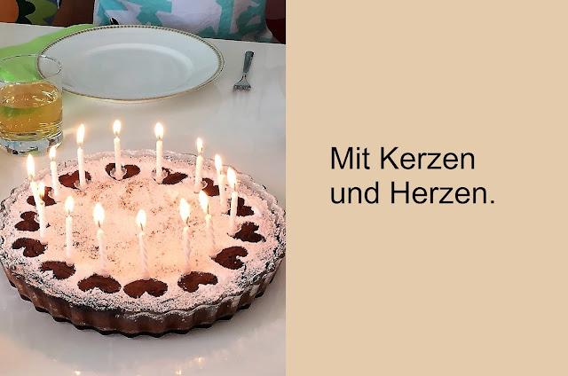 Schokoladenkuchen mit Kerzen und Herzen