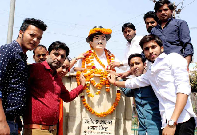 Gram Panchayat Amirpur gave the statue of Shaheed Bhagat Singh Azad with milk and gave it to Shrinagarjali